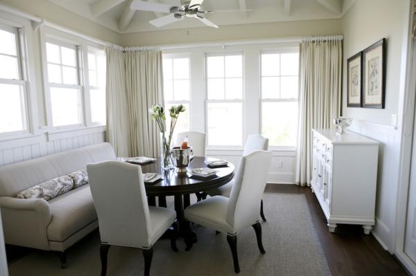 modernes-und-attraktives-esszimmer-sofa-zimmer-in-weiß-ausgestattet