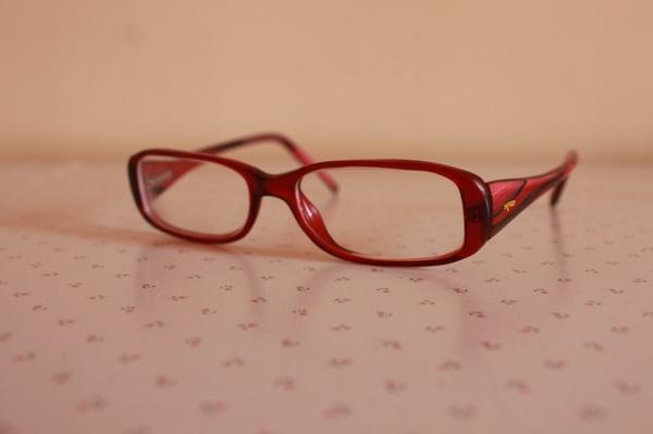 modische-brillen-trendige-brille-günstig-brille-putzen-brillengestell-in-rot