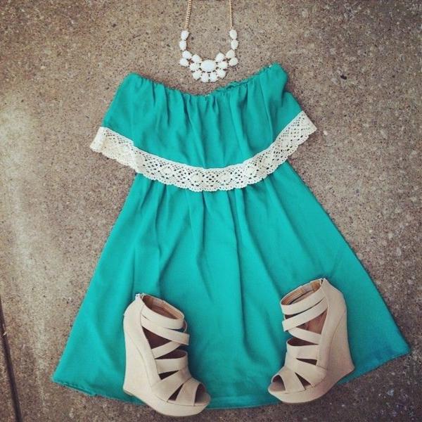 modische-outfits-damenmode-sandalen-mit-keilabsatz-schöne-sommerkleider Schuhe mit Keilabsatz