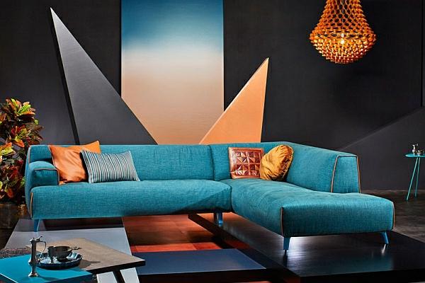 orange-wohnzimmer-design-blaues-schickes-sofa
