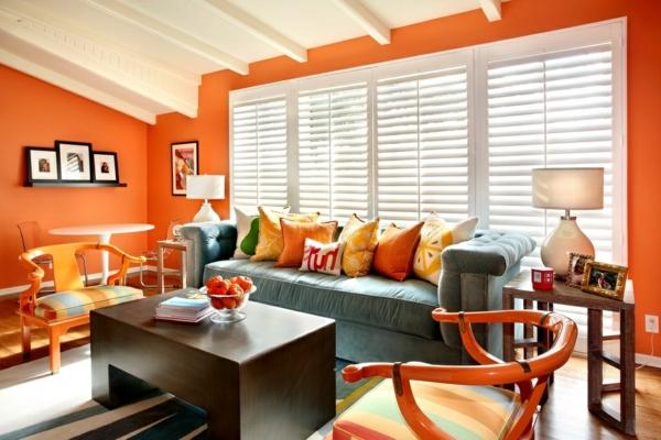 orange-wohnzimmer-design-hölzerner-tisch