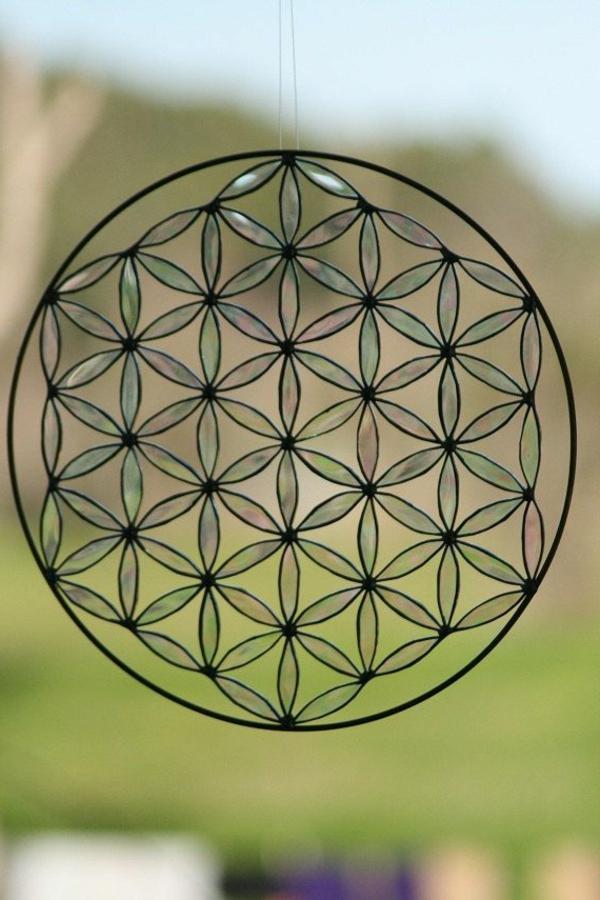 originelle-kreative-fensterdeko-geometrische-figuren-blumen-des-lebens-