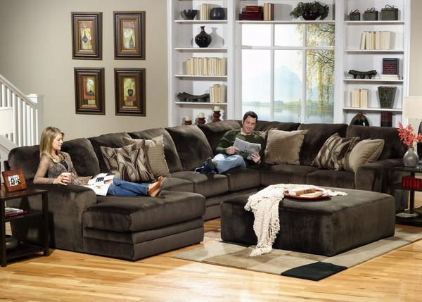 originelle-wohnzimmer-deko-dunkle-moderne-möbelstücke