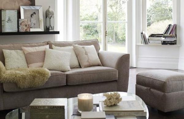 originelle-wohnzimmer-deko-graues-sofa-viele-dekokissen