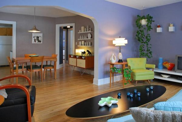 originelle-wohnzimmer-deko-lila-wandgestaltung