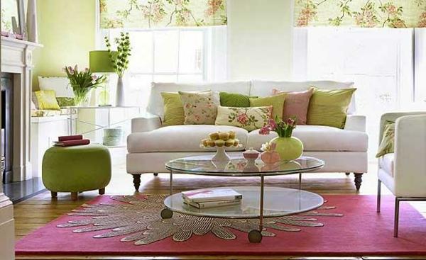 originelle-wohnzimmer-deko-weißes-sofa-rosiger-teppich