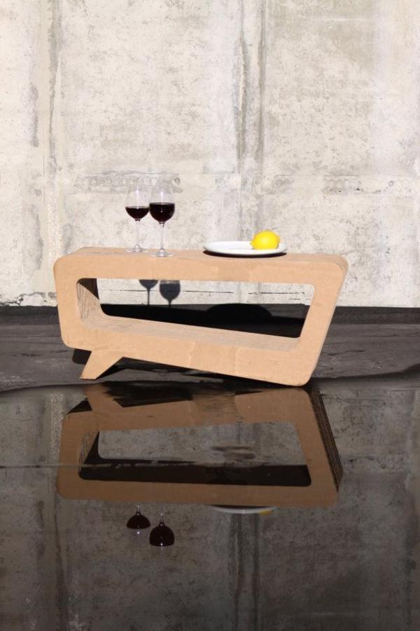 origineller-tisch-aus-pappe-einrichtungsideen-basteln-mit-karton-kartone-möbel-aus-pappe