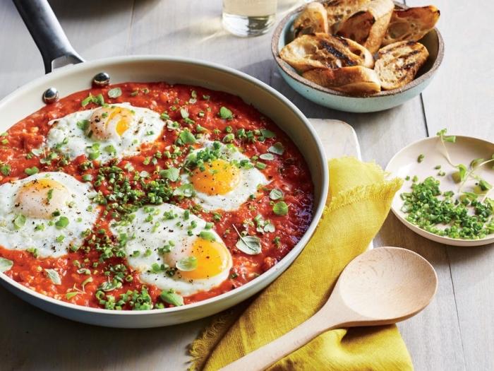 osterbrunch rezepte, gebratene eier mit tomatensoße, selbstgemachte bruschettas, gesunder frühstück