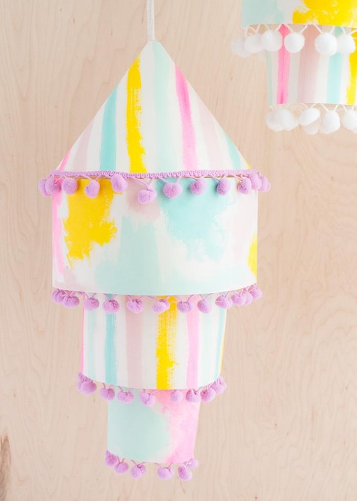 party deko basteln, papierlaternen selber machen, diy mobile aus papier und pompon band, partydeko