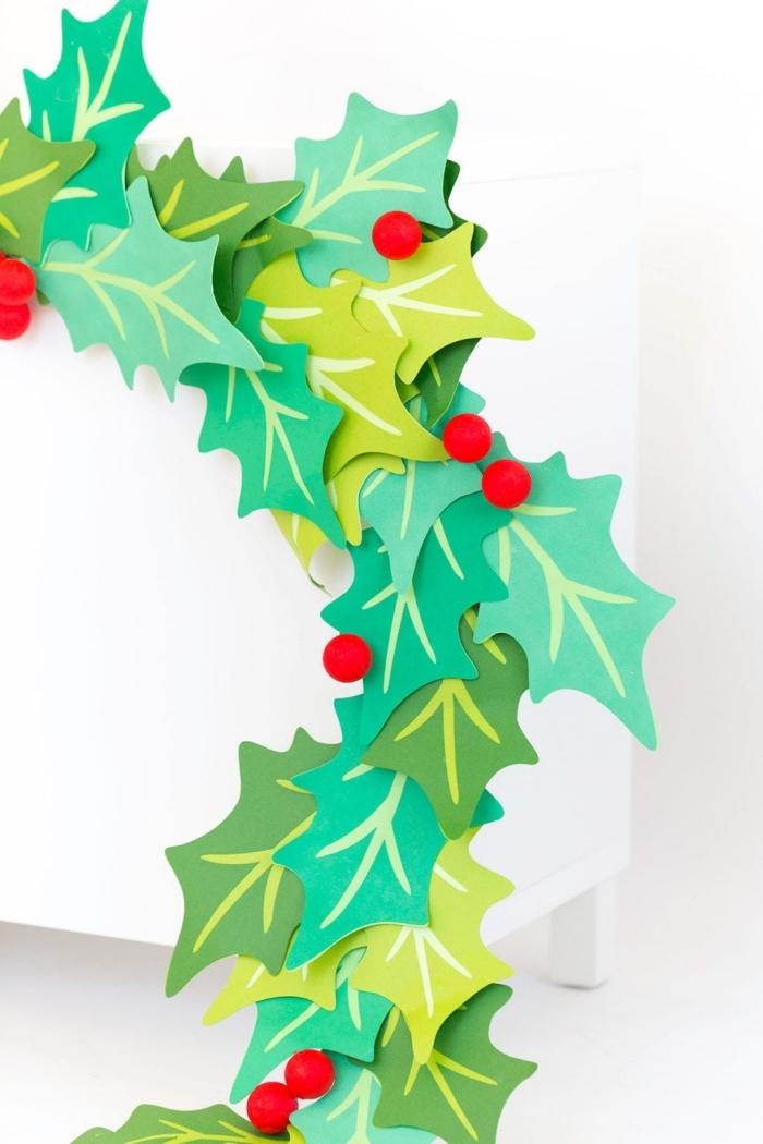 party deko ideen, diy girlande aus großen papeirblättern, weihnachtsdeko ideen, bastelideen zum weihanchten