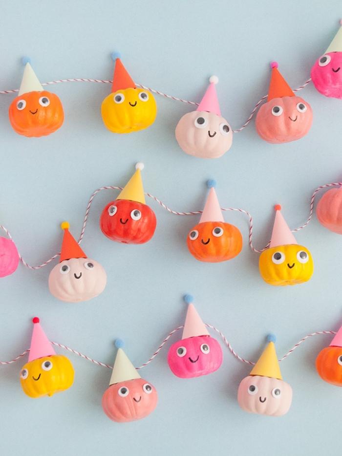 party ideen, diy girlande aus mini kürbissen mit partyhüten, halloween deko selber machen