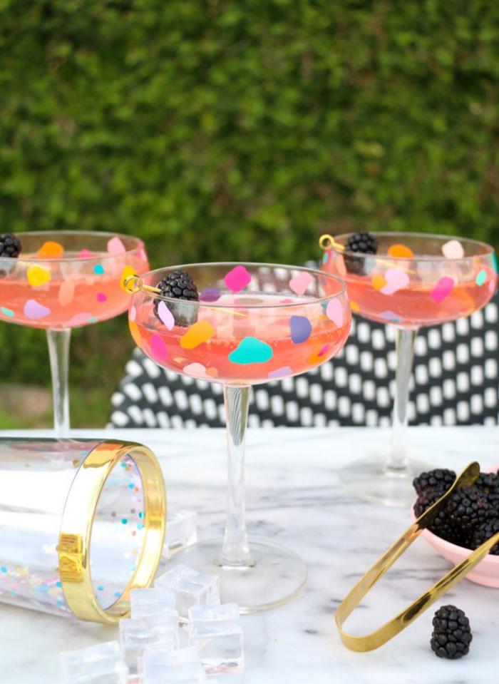 party ideen zum selbermachen, terrazzo gläser, cocktailgläser dekoreiren, bunte stickers