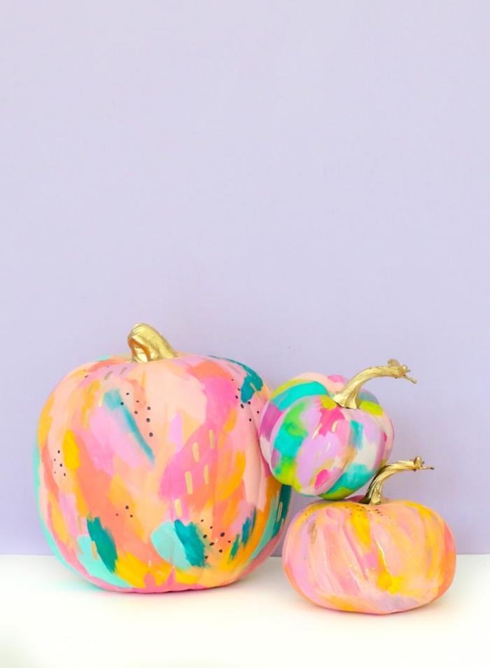 party ideen, halloween deko, partydeko selber machen, bunte kürbisse dekoriert mit acrylfarben
