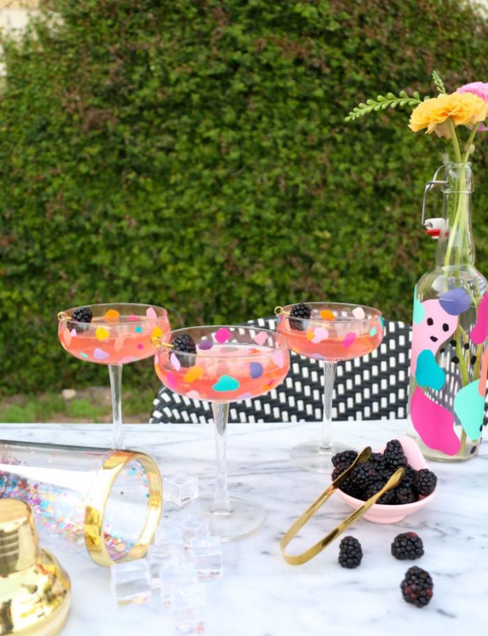 party ideen, terrazzo gläser selber machen, cocktailgläser dekorieren, geschritt verzieren