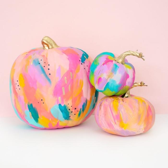 party ideen zum selbermachen, hallowen deko, kürbisse dekoriert mit bunten acrylfarben