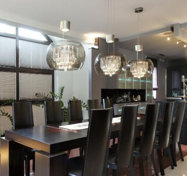 pendelleuchten-für-esszimmer-schwarze-moderne-stühle