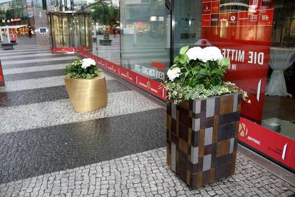 pflanzkübel-mit-schönem-design-auf-der-straße