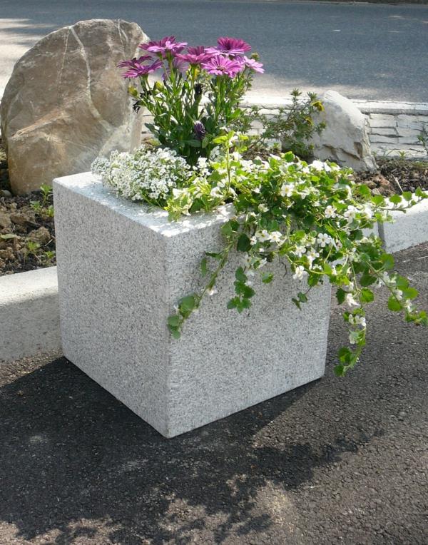 -pflanzkübel-mit-schönem-design-aus-stein