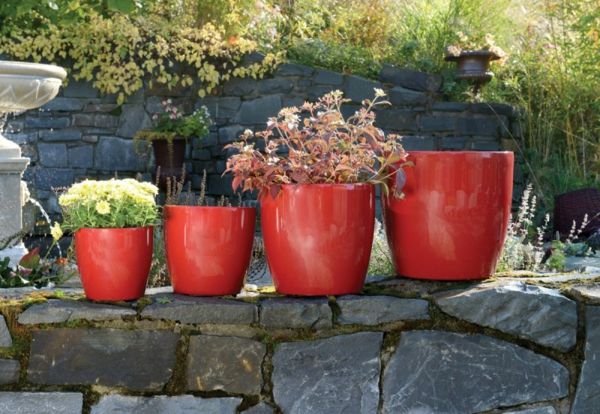 pflanzkübel-mit-schönem-design-in-roter-farbe-gartengestaltung-ideen-gartengestaltung-beispiele-gartengestaltungsideen