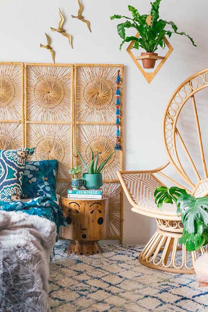 Schlafzimmer Einrichtung in Boho Stil, Möbel aus Holz und Rattan mit Verzierungen und Schnörkeleien