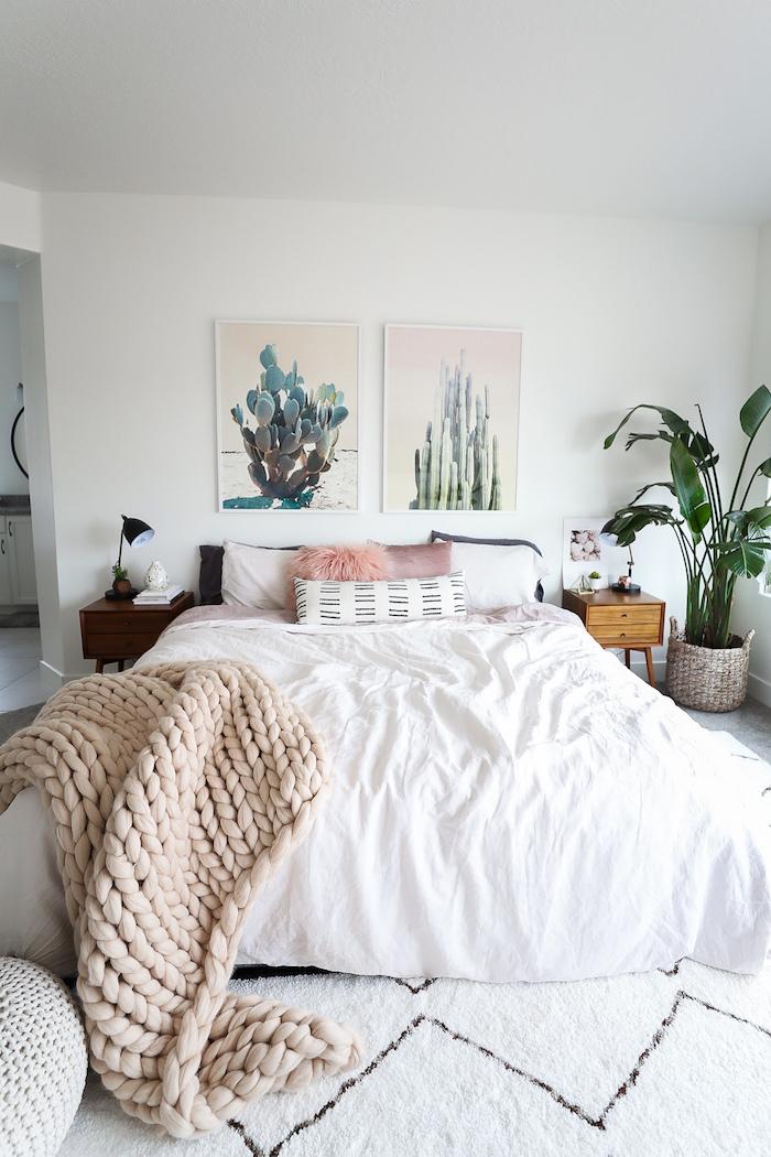 Boho Schlafzimmer gestalten, Bilder mit Kakteen, weiße Bettwäsche und gestrickte Decke