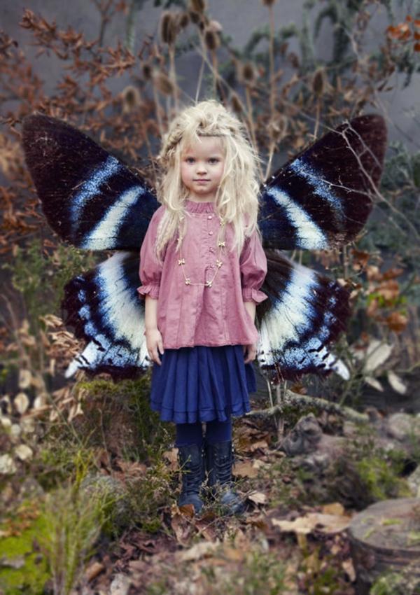 prinzessin-kostüm-für-kind-blondes-kleines-mädchen-mit-schmetterling-flügeln