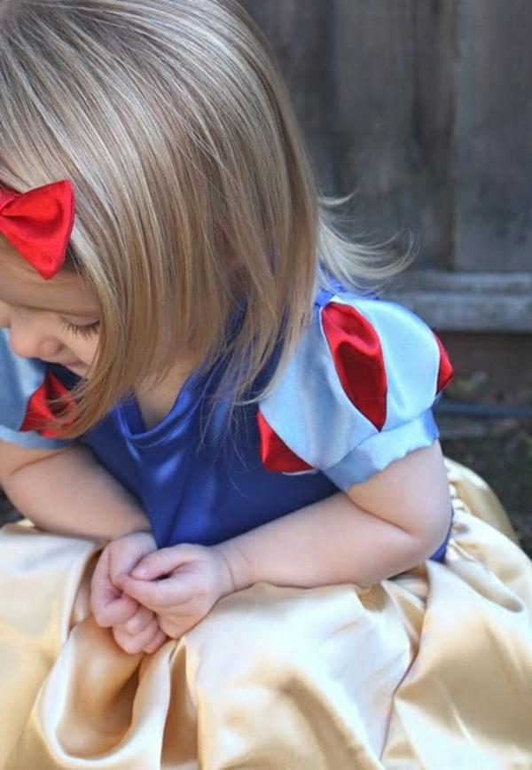 prinzessin-kostüm-für-kind-blondes-süßes-mädchen-mit-einem-schönen-kleid