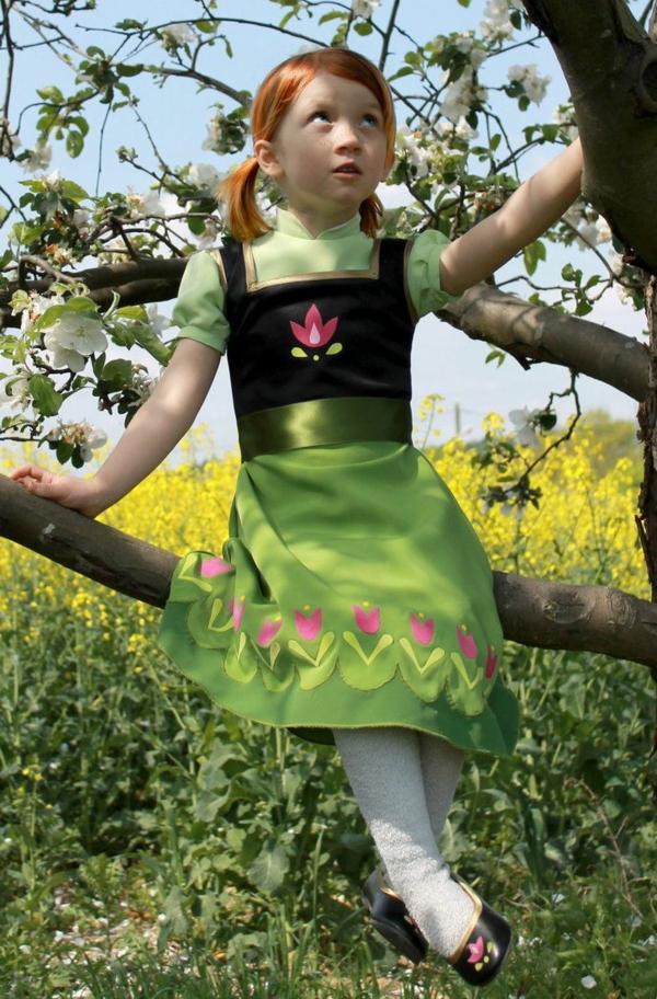 prinzessin-kostüm-für-kind-interessantes-kleid-ein-mädchen-auf-einem-baumzweig