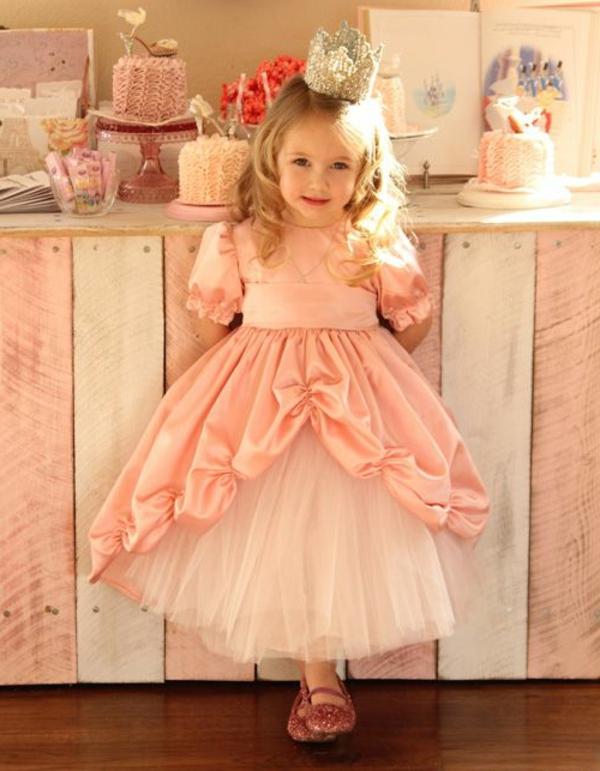 prinzessin-kostüm-für-kind-kleines-mädchen-mit-einem-rosigen-kleid