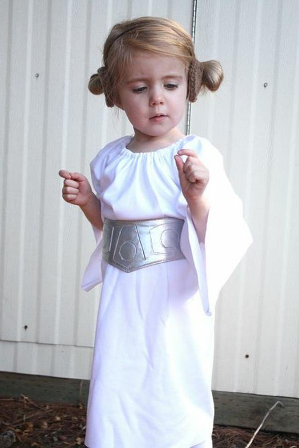 prinzessin-kostüm-für-kind-kleines-schönes-mädchen-mit-einem-weißen-kleid