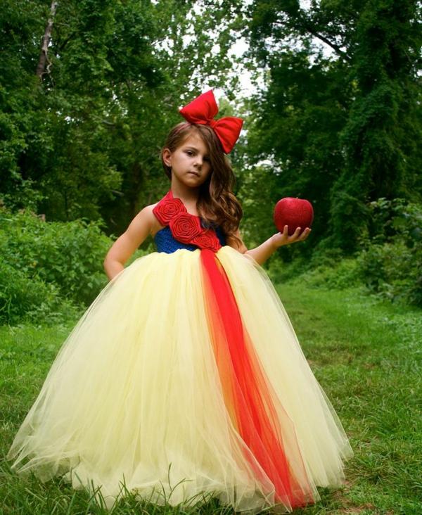 prinzessin-kostüm-für-kind-mädchen-mit-einer-großen-roten-schleife-auf-dem-kopf