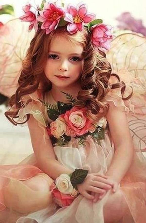 prinzessin-kostüm-für-kind-schönes-kleines-mädchen-mit-herrlichen-locken