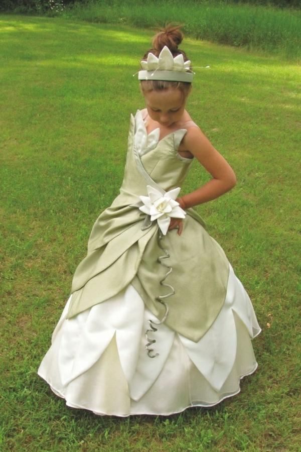 prinzessin-kostüm-für-kind-schönes-mädchen-mit-einem-süßen-weißen-kleid