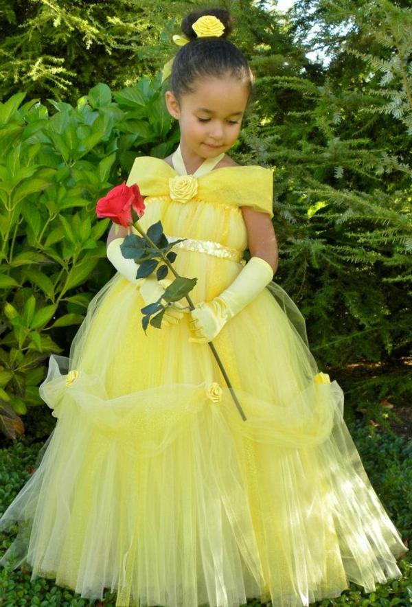 prinzessin-kostüm-für-kind-schönes-mädchen-mit-einer-roten-rose-in-der-hand-und-mit-einem-gelben-kleid