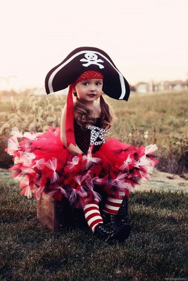 prinzessin-kostüm-für-kind-super-süßes-kleines-mädchen-wie-eine-piratin-aussehen