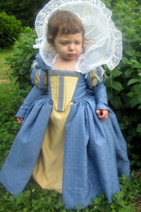 prinzessin-kostüm-für-kind-super-süßes-mädchen-mit-einem-auffälligen-kleid-in-blau-und-gelb