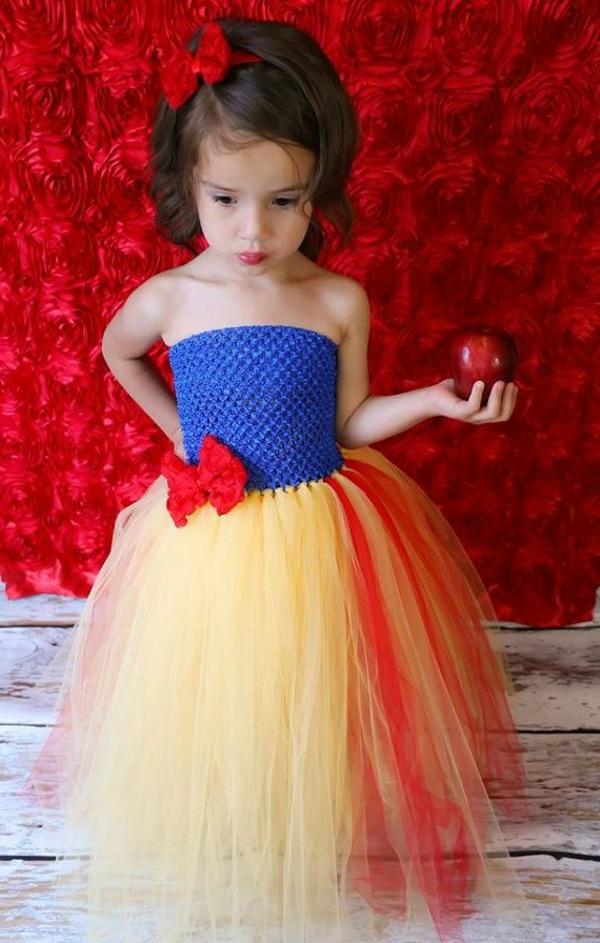 prinzessin-kostüm-für-kind-wunderschönes-mädchen-roter-hintergrund