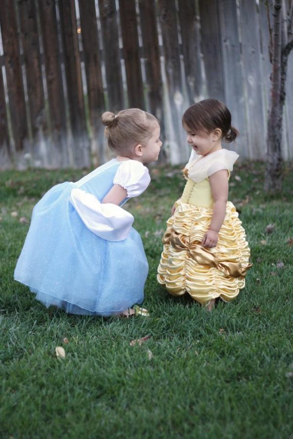 prinzessin-kostüm-für-kind-zwei-süße-kleine-mädchen-spielen