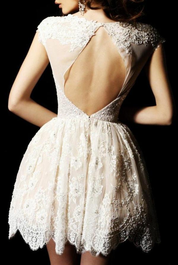 rückenfreies-Kleid-mit-Stickerei