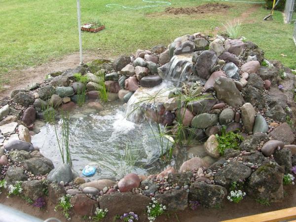 reine-natur-teich-mit-wasserfall