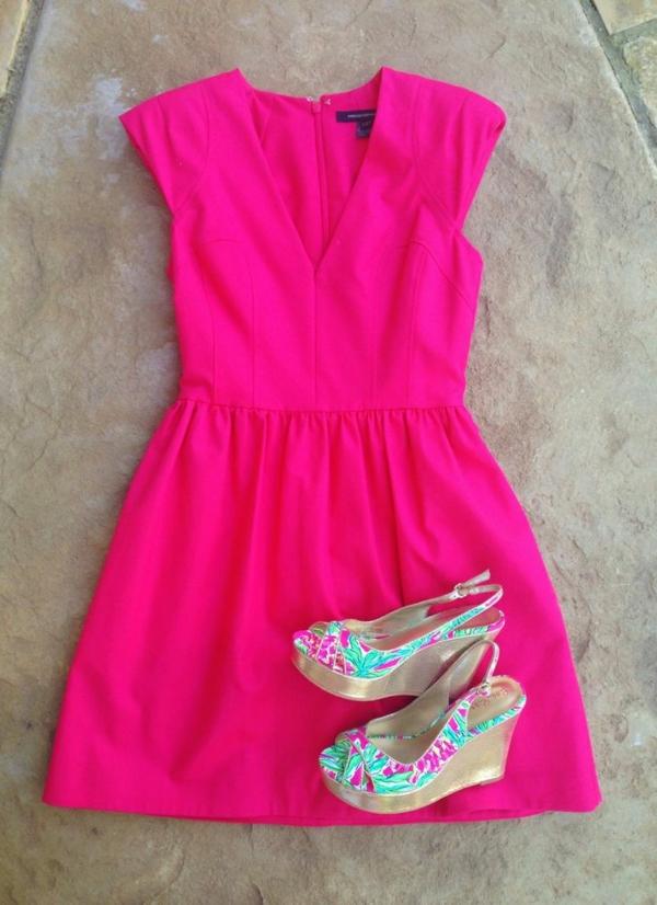 rosa-sommerkleider-damen-modische-outfits-damenmode-sandalen-mit-keilabsatz