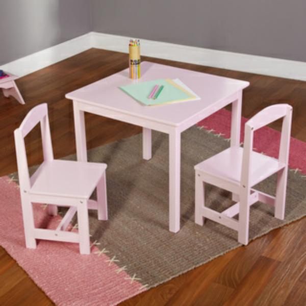 rosiger-kindertisch-und-zwei-stühle