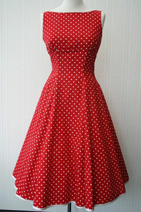 rotes-Kleid-an-weißen-Punkten