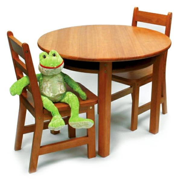 runder-hölzerner-tisch-für-kinder-und-zwei-stühle