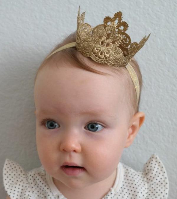 süßes-baby-mit-einer-kleinen-krone