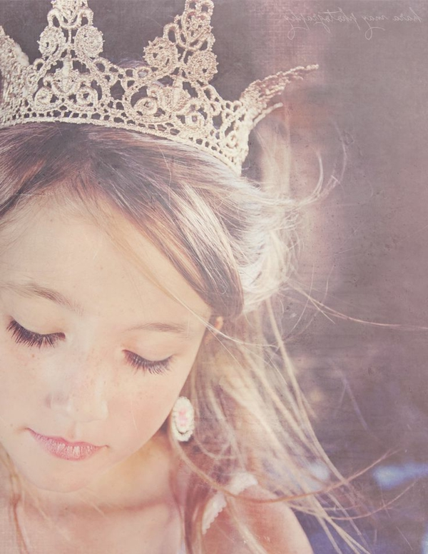 süßes-kleines-mädchen-mit-einer-schönen-krone