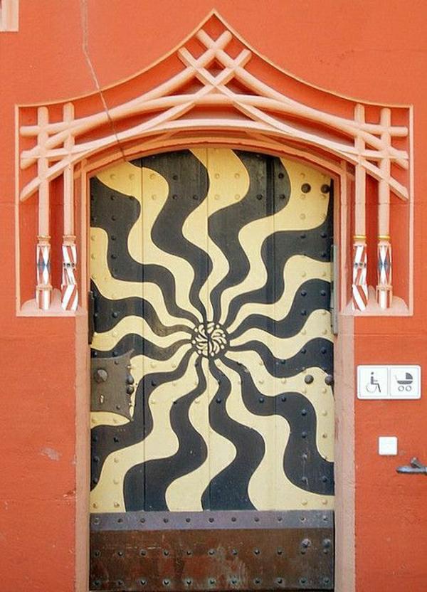 schöne-bemalte-wohnungstüren--fassade-in-orange