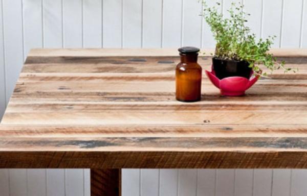 schöner-tisch-aus-bauholz-mit-dekoration-darauf - sehr einfacher look