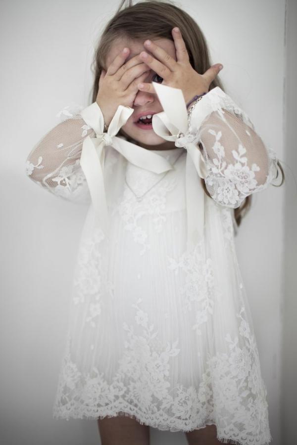 schönes-kleines-mädchen-mit-einem-weißen-kleid