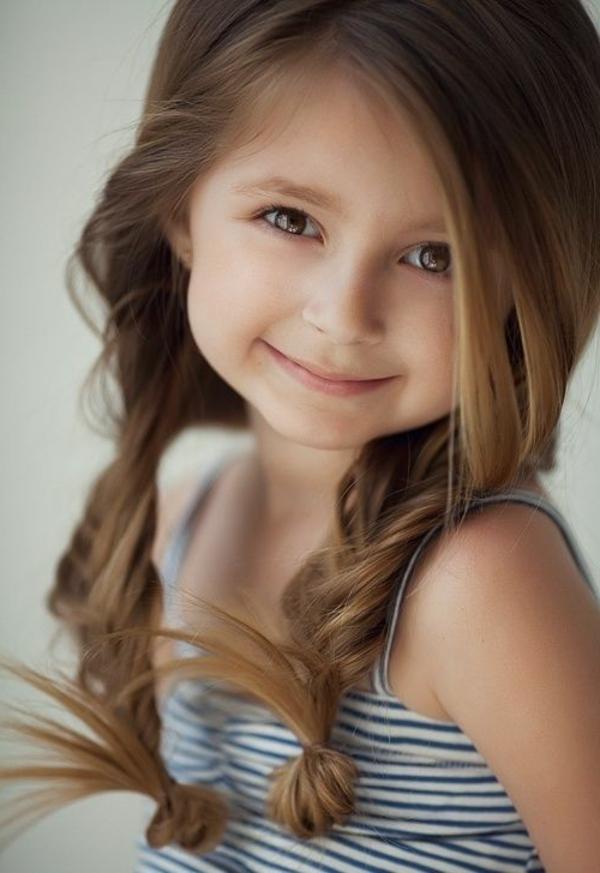 schönes-lächelndes-mädchen-mit-braunen-haaren